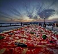 Unapizza napolitana de dos kilómetros de largo, elaborada para batir el récord del mundo, y colocada a lo largo del paseo marítimo en Nápoles (Italia). Foto: EFE