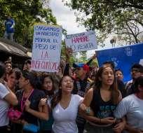 Un grupo de estudiantes universitarios grita consignas durante una manifestación en Caracas (Venezuela). Foto: EFE