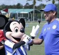 """El DT de Paraguay, Ramón Díaz, saluda a Mickey Mouse. Los """"guaraníes"""" jugarán en Orlando ante Costa Rica."""