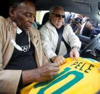 RÍO DE JANEIRO, Brasil.- Pelé firmando un autógrafo. Foto: AFP.