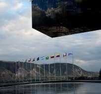 Banderas de países sudamericanos ubicadas en el exterior de la sede de la Unasur. Foto: Archivo de Ecuavisa