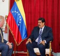 El presidente deVenezuela, Nicolás Maduro (d), junto al subsecretario de Estado de EE.UU. para Asuntos Políticos, Thomas Shannon, en Caracas (Venezuela). Foto: EFE