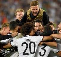 BORDEAUX, Francia.- Los alemanes festejan el paso a semifinales. Foto: EFE.