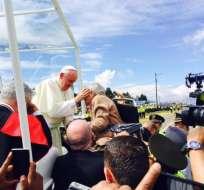 ECUADOR.- Uno de los momentos más emotivos fue la bendición del pontífice a una mujer centenaria. Foto: Ecuavisa