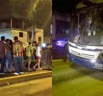 Los pobladores del sector Los Tulipanes portestaron e intentaron retener el articulado. Fotos: Twitter