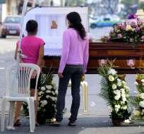 GUAYAQUIL, Ecuador.- Familiares, amigos y allegados de Javier Chicaiza se tomaron un tramo de la Metrovía, a la altura de la Av. Domingo Comín, para darle la despedida. Foto: API
