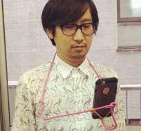 Sólo se necesita una percha y un elástico para construir un sujetador de smartphone. Foto: RocketNews24.