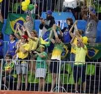 RÍO DE JANEIRO, Brasil.- Los brasileños en las gradas respaldando a su selección de hockey. Foto: EFE.