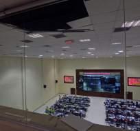 QUITO, Ecuador.- Los ventanales de la Asamblea y el tumbado del ECU 911 resultaron afectados tras temblor. Foto: API