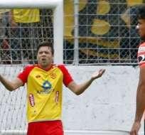 GUAYAQUIL, Ecuador.- Solari reclamó al árbitro por nulitar el penal que ejecutó ante Barcelona. Foto: API.