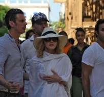 Madonna (c) camina en La Habana, Cuba. Foto: AFP