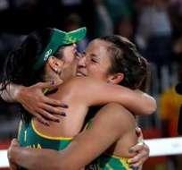RÍO DE JANEIRO, Brasil.- La pareja brasileña festeja su pase a la final. Foto: EFE.