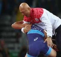 Risako Kawai ganó medalla de oro en lucha 63 kilos y l ocelebró mandando al piso al entrenador.