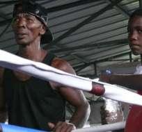 """Jecson """"el Destructor"""" Preciado en su escuela de boxeo en Isla Trinitaria."""