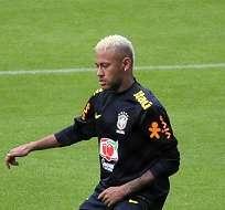 El brasileño Neymar trabaja con la selección de su país en la altura de Quito.