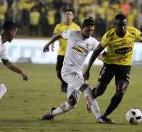 El encuentro entre Liga de Quito y Barcelona fue paralizado por la intromisión del hincha. Foto. API