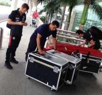 Personal de logística alista lo necesario para el viaje de la selección chilena a Quito.
