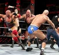 Las cuerdas del ring no soportaron al Big Show quién se cayó de espaldas. Foto: Tomada de http://the-void.co.uk