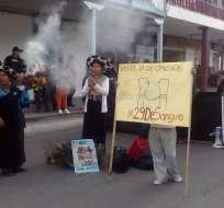 Se desarrolló una protesta del pueblo Saraguro en los exteriores de la Gobernación. Foto: @KarlosAndradet