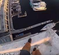'8Booth' es conocido por realizararriesgados saltosque luego comparte en redes sociales. Foto: Captura de video