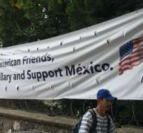 Mexicanos en Ajijic colgaron un cartel para pedir a los estadounidenses que no se olviden de ellos el 8 de noviembre.