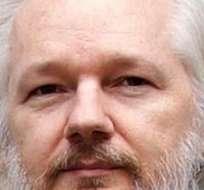 De momento no se ha divulgado a qué funeral quería asistir Julian Assange.