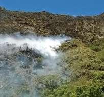 Hay 40 efectivos tratando de sofocar las llamas que iniciaron desde la tarde del sábado. Foto: Bomberos Quito