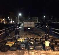 Guardacostas lograron recuperar del agua 27 sacos de yute con presunta sustancia sujeta a fiscalización. Foto: Armada del Ecuador