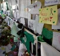 Los hinchas y amigos de Chapecoense esperan la llegada de los cuerpos a su ciudad. Foto: AFP