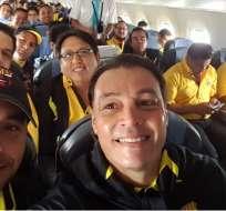 Alfaro Moreno (d.) dio palabras de aliento a sus jugadores y de agradecimientos a los hinchas. Foto: Tomada de la cuenta Twitter @AlfaroMoreno