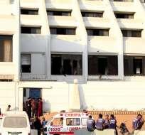 PAKISTÁN.- Tres camiones de bomberos se desplazaron y en tres horas acabaron con el incendio. Foto: EFE