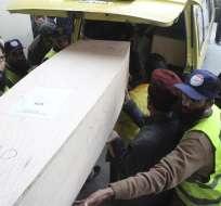 PAKISTÁN.- Las 47 personas que viajaban en el avión fueron trasladados para su identificación. Foto: EFE
