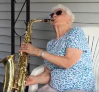 La picardía de la abuelita la ha convertido en el éxito de los videos de su nieto.