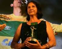 Ilaides Padilha, madre de Danilo, recibió el premio en la ceremonia del Brasilerao. Foto: Tomada de la cuenta Twitter @CBF_Futebol