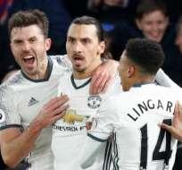 Zlatan Ibrahimovic (c.) hizo el gol del triunfo ante el Crystal Palace. Foto: AFP
