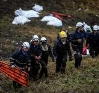 Los rescatistas y policías fueron fundamentales en las labores posteriores al choque. Foto: AFP