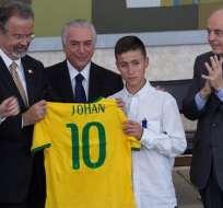 Johan, el adolescente de 15 años que ayudó a los rescatistas, fue uno de los homenajeados. Foto: EFE