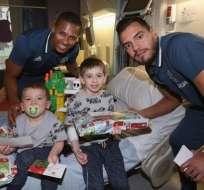 Los jugadores del Manchester United entregaron juguetes a niños y jóvenes en hospitales.