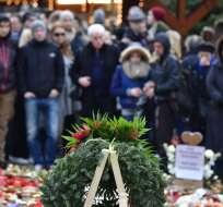 BERLÍN, Alemania.- Varios ciudadanos acudieron al velatorio en memoria de las víctimas del atentado en Berlín. Foto: AFP