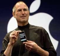Steve Jobs muestra el primer iPhone, en enero de 2007.