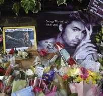 Decenas de fans se volcaron en las afueras de la casa de George Michael para rendirle un homenaje. Foto: EFE