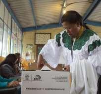 QUITO, Ecuador.-Cerca de un 47% de ecuatorianos aún no define su voto. Foto: El PAIS.