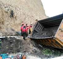 El volcamiento de una volqueta en la vía Papallacta dejó 2 muertos y 2 heridos. Foto: Cuerpo de Bomberos