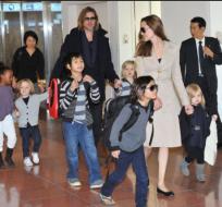 Foto de archivo de Jolie y Pitt cuando estaba casados y viajaban junto a sus 6 hijos. Foto: tomada de Showbizz de Publimetro.