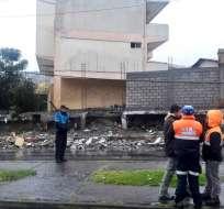 QUITO, Ecuador.- El colapso del muro del colegio Tarqui ocasionó el cierre del sector hasta las 08h30 del viernes. Foto: Twitter Policía Metropolitana.