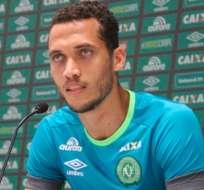 El defensor Hélio Neto dio sus primeros pasos sin el apoyo de muletas tras dos meses de recuperación.