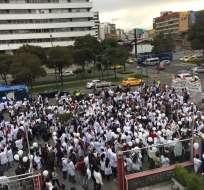 QUITO, Ecuador.- Médicos y estudiantes de medicina pidieron la libertad del galeno detenido por la muerte de Charlotte Mazoyer. Foto: Twitter Juan Falconí M.