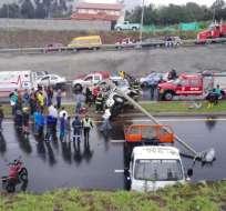 QUITO, Ecuador.- Socorristas ayudan a retirar el vehículo impactado en la Ruta Viva, en el que falleció una mujer. Foto: Tomado de Twitter COE Quito.
