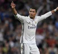El delantero portugués Cristiano Ronaldo afina su puntería derribando drones.