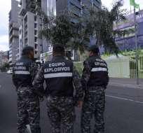 El personal estableció un perimetro de seguridad en la sede del movimiento oficialista Alianza PAIS. Foto: API